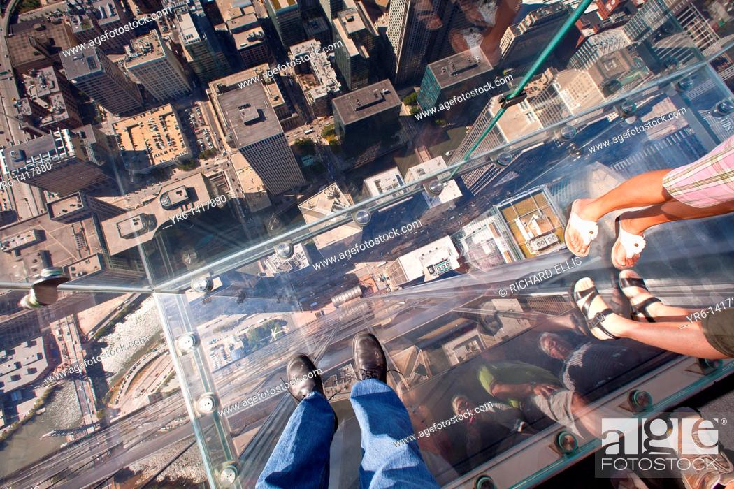 Imagen: Tourists in the all glass balcony skydeck observation deck view the Chicago skyline103rd floor of the Willis Tower previously the Sears Tower.