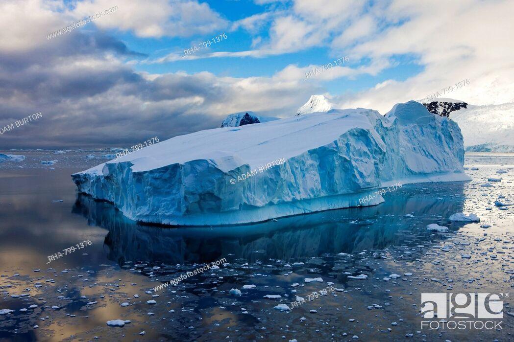 Imagen: Enormous iceberg drifting off the Antarctic Peninsula, Antarctica, Polar Regions.