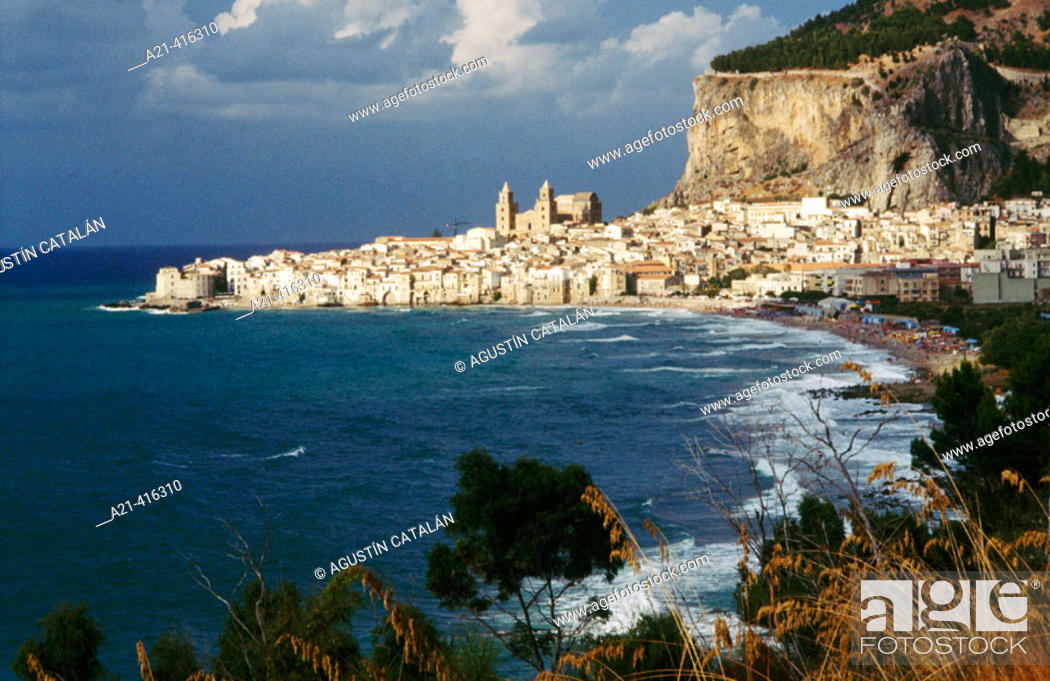 Stock Photo: Cefalu's bay with Cefalù city at background. Sicily, Italy.