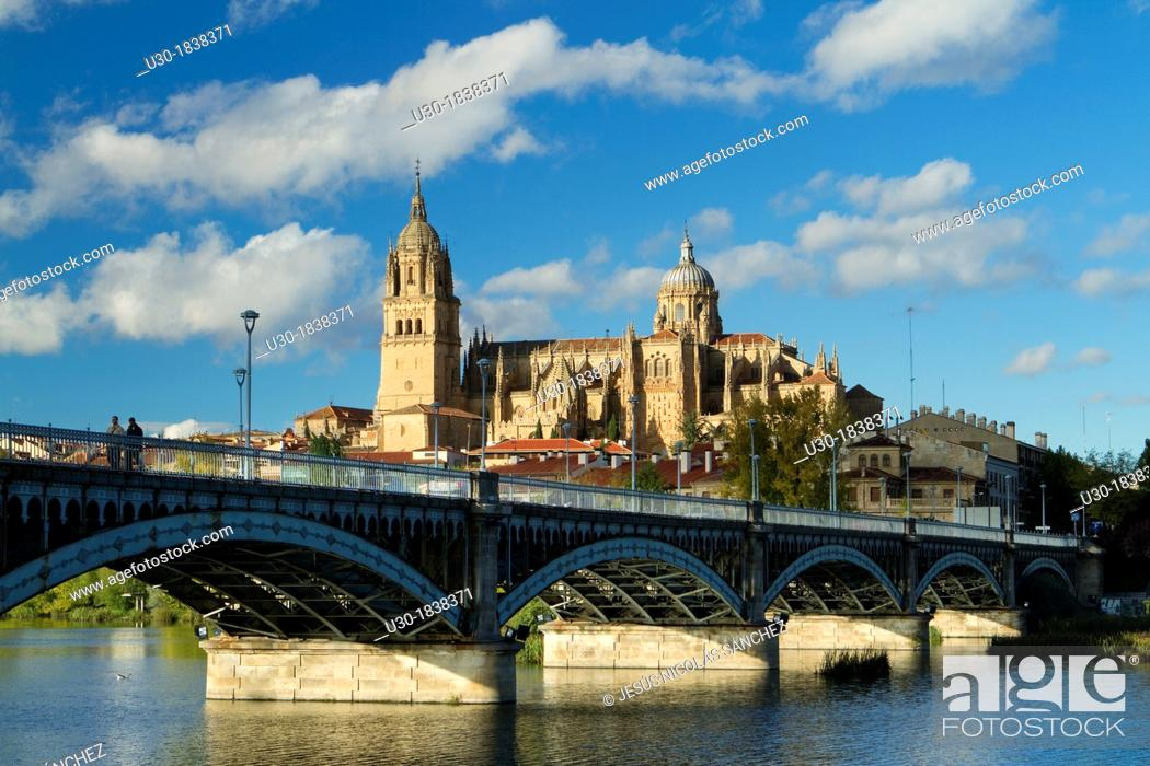 Imagen: Overview of Salamanca city and itd New Cathedral from San Esteban Bridge over the Tormes river  Salamanca  Castilla y Leon  Spain.
