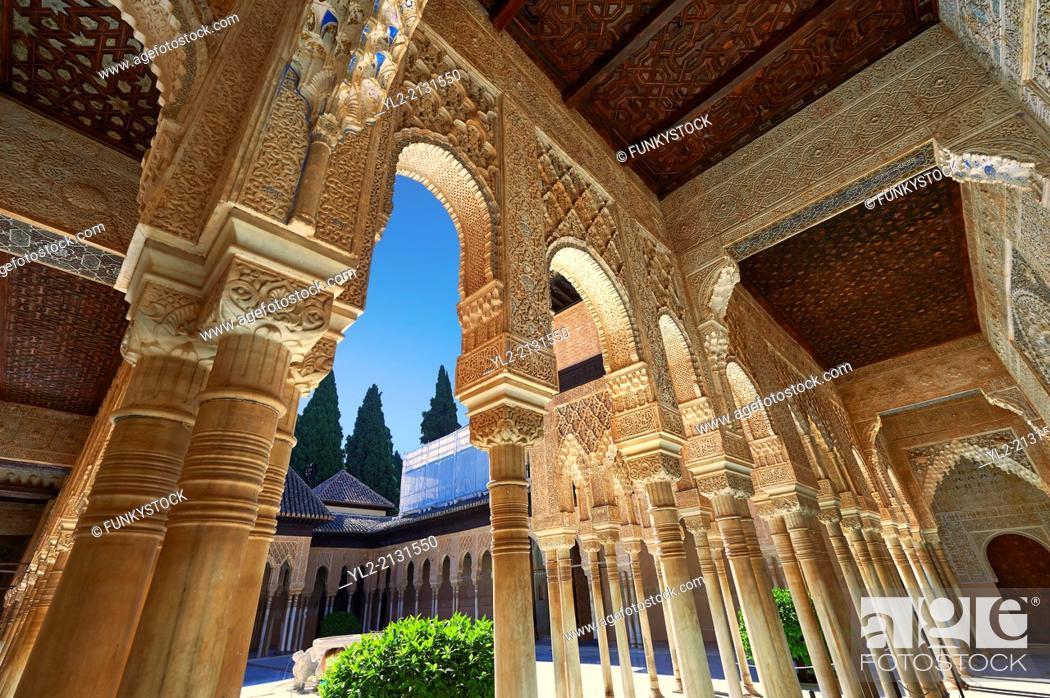 Imagen: Arabesque Moorish architectureof the Patio de los Leones (Court of the Lions) of the Palacios Nazaries, Alhambra. Granada, Andalusia, Spain.