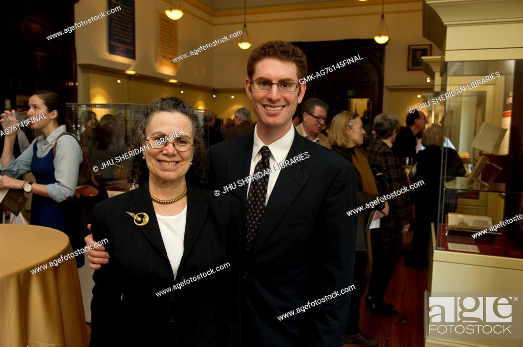 Imagen: Eric and Eileen Hinkes, who donated the Dr. Elliott and Eileen Hinkes Collection of Rare Books of Scientific Discovery, pose during the opening of Eureka.