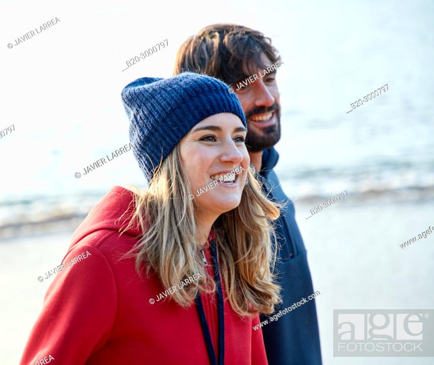 Imagen: Couple on the beach, Santa Clara Island, La Concha Bay, Donostia, San Sebastian, Gipuzkoa, Basque Country, Spain, Europe, Winter.