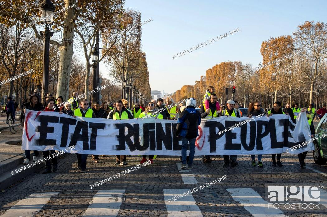Imagen: November 17, 2018 - Paris, Ile de France, France - Protesters wearing yellow vests are seen holding a banner during the protest.