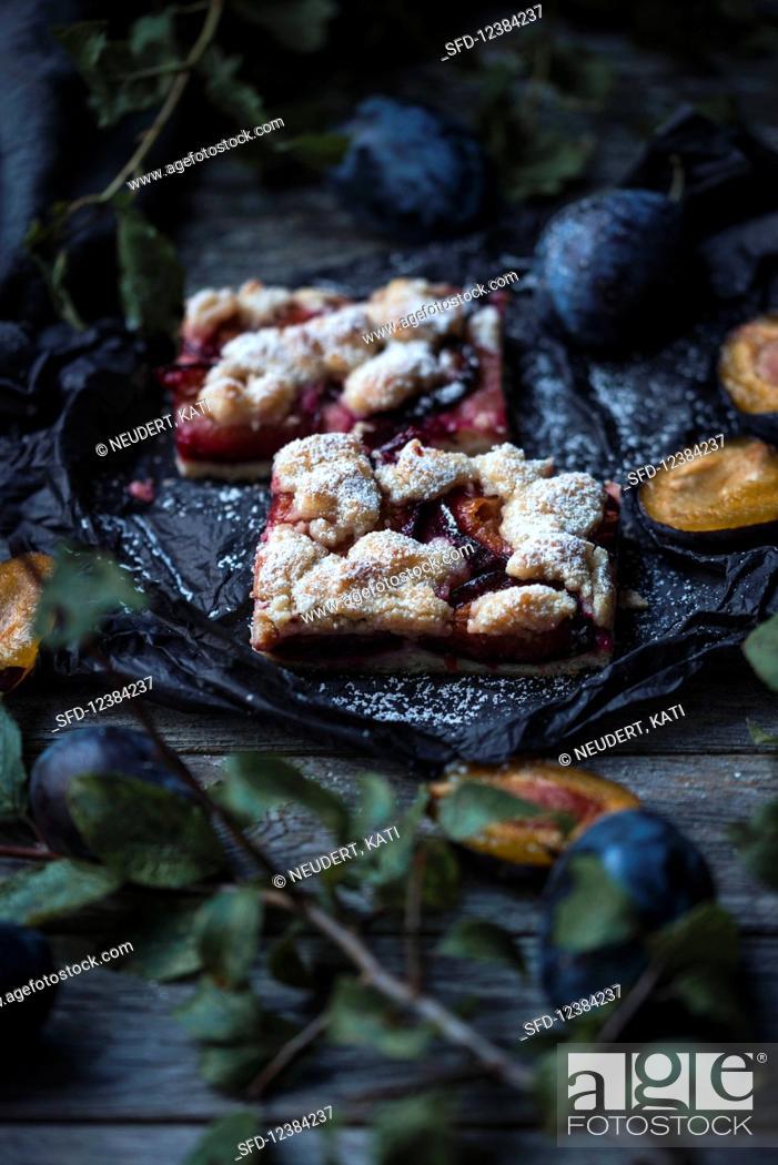 Photo de stock: Vegan plum crumble cake.