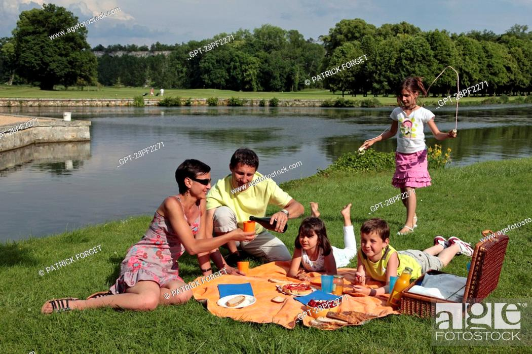 Imagen: FAMILY PICNIC IN THE OPEN AIR IN THE PARK OF THE CHATEAU DE MAINTENON, EURE-ET-LOIR 28, FRANCE.