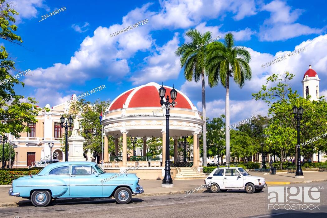 Imagen: Classic car at the Jose Marti Square, Cienfuegos, Republic of Cuba, Caribbean, Central America.