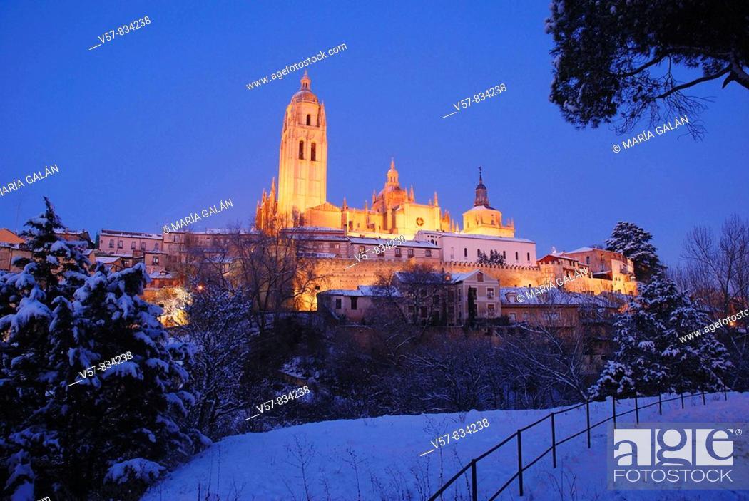 Imagen: Night view of snow covered city. Segovia, Castilla Leon, Spain.