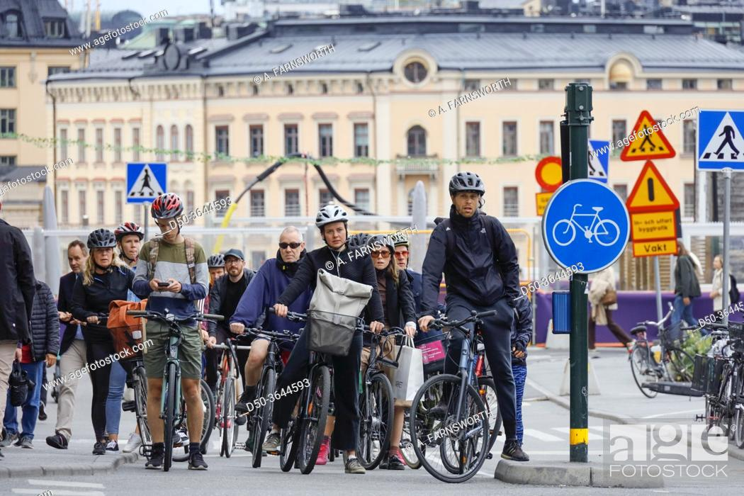 Imagen: Stockholm, Sweden Commuters with bicycles stopped at a red light at Slussen.