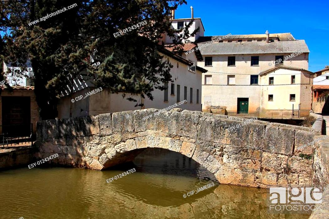 Imagen: river through the village of San Esteban de Gormaz in Spain.