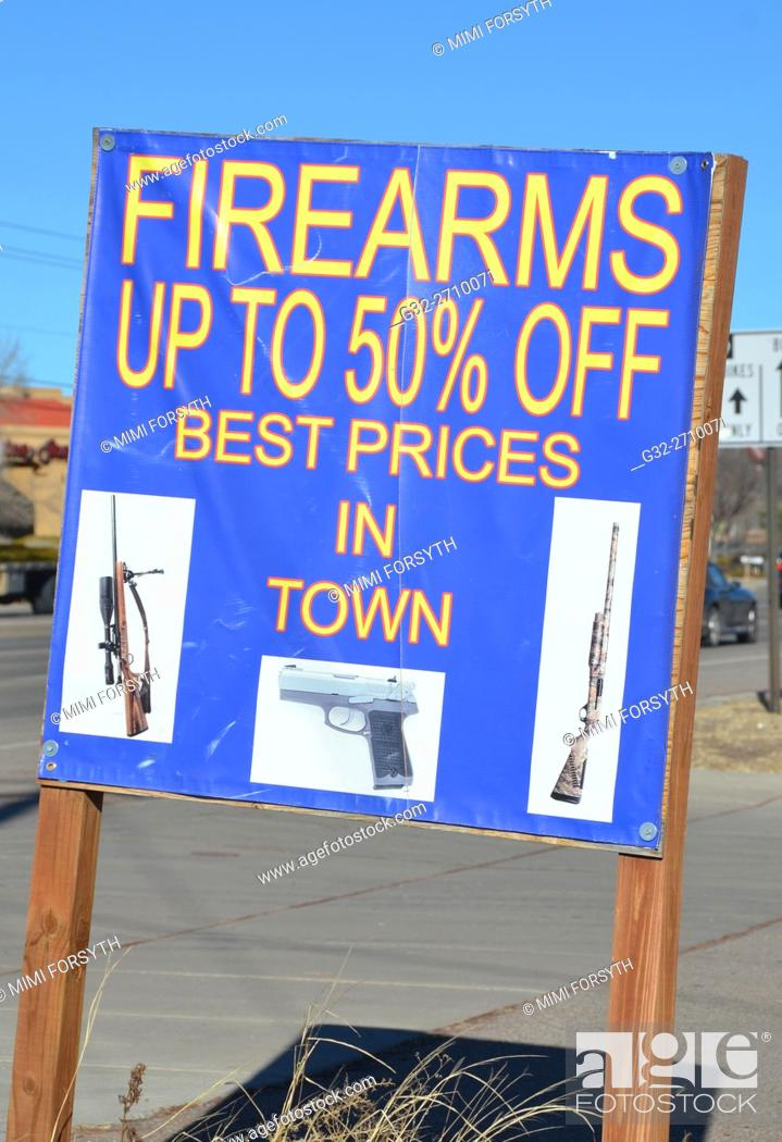 Imagen: Sign advertising firearms at discount, New Mexico, USA.
