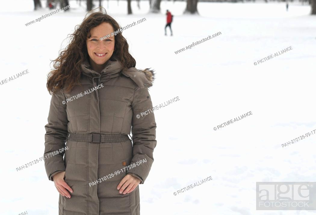 Imagen: 26 January 2021, Bavaria, Munich: Astronaut Suzanna Randall stands in the snowy English Garden. Randall wants to be the first German woman to fly to the.