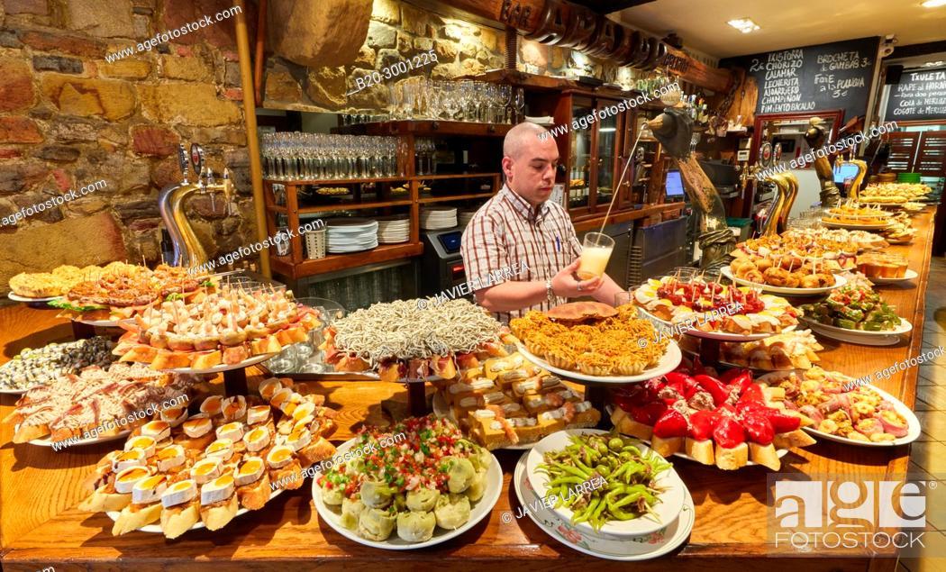 Photo de stock: Waiter serving cider, Pintxos, Bar Taberna Aralar, Parte Vieja, Old Town, Donostia, San Sebastian, Gipuzkoa, Basque Country, Spain.