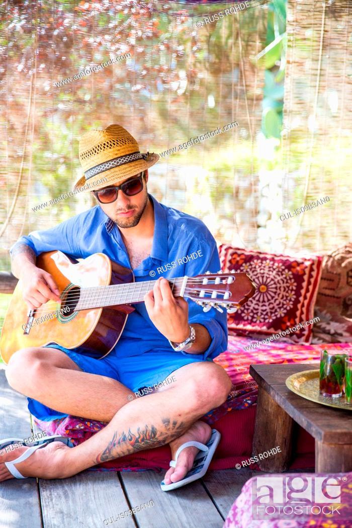 Imagen: Man playing guitar.