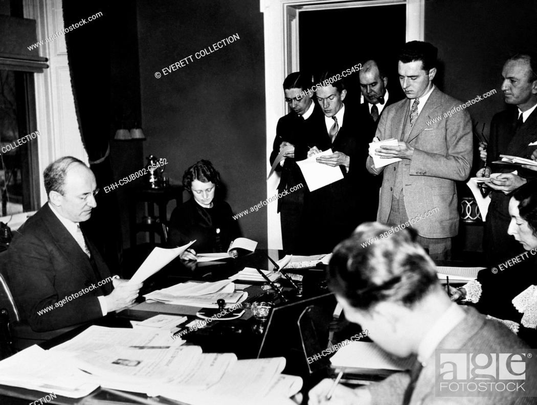 Imagen: Secretary of the Treasury Henry Morgenthau, Jr. speaking the reporters, Jan. 17, 1935. He announced the Treasury Department was putting 1000 men to work in.