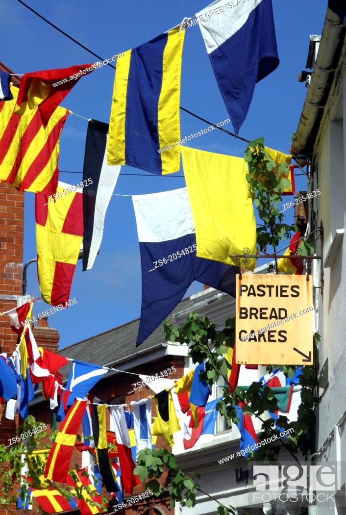 Imagen: Maritime bunting decorates the streets of Padstow in Cornwall for the May Day Obby Oss celebrations, Cornwall, UK.