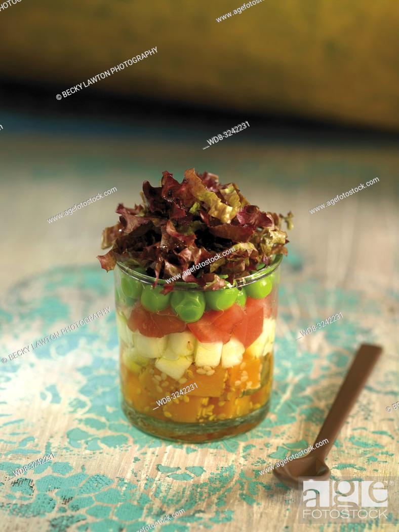 Stock Photo: ensalada de crudites de lechuga, guisantes, patata, zanahoria y sesamo.
