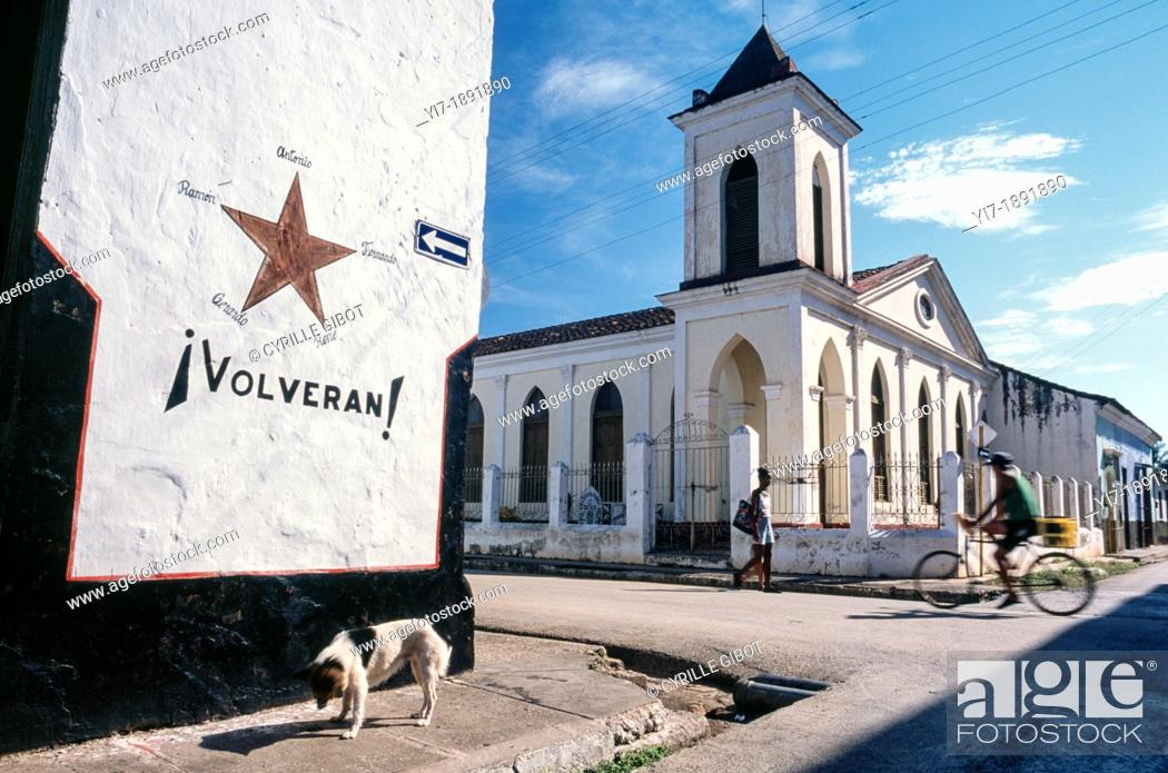 """Stock Photo: Cuba, 'volverán' they will return sign on building wall, in reference to the """"Cuban Five"""" who were arrested in the US in 1998."""