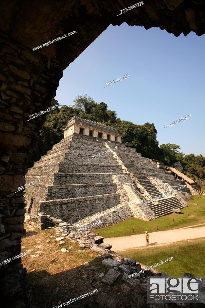 Imagen: Framed view to the Temple of Inscriptions at the Palenque Archaeological Site, Palenque, Chiapas State, Mexico, Central America.