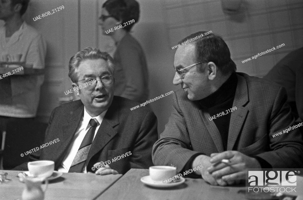 Imagen: Senderverantwortliche während einer Pressekonferenz des tschechichen Sängers Josef Laufer, Deutschland 1970. TV directors during a press conference of Czech.