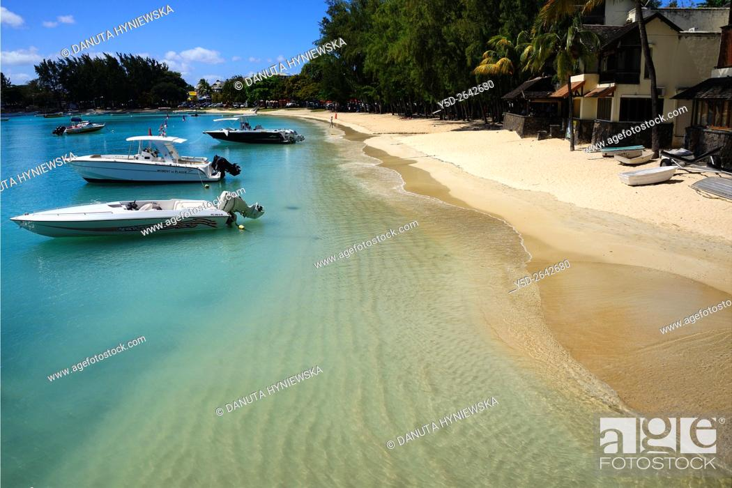 Imagen: boats moored near public beach in Grand Baie on the north west coast of Mauritius, Indian Ocean, Africa.
