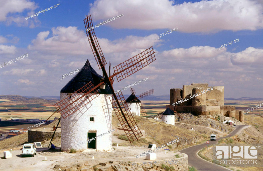 Photo de stock: Windmills and castle of Los Caballeros de la Orden de San Juan de Jerusalen (s. XII). Monte Calderico, Consuegra. Toledo, La Mancha. Spain.