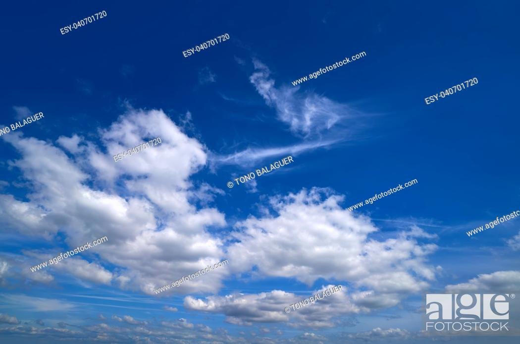 Imagen: Blue sky with white summer cumulus clouds.