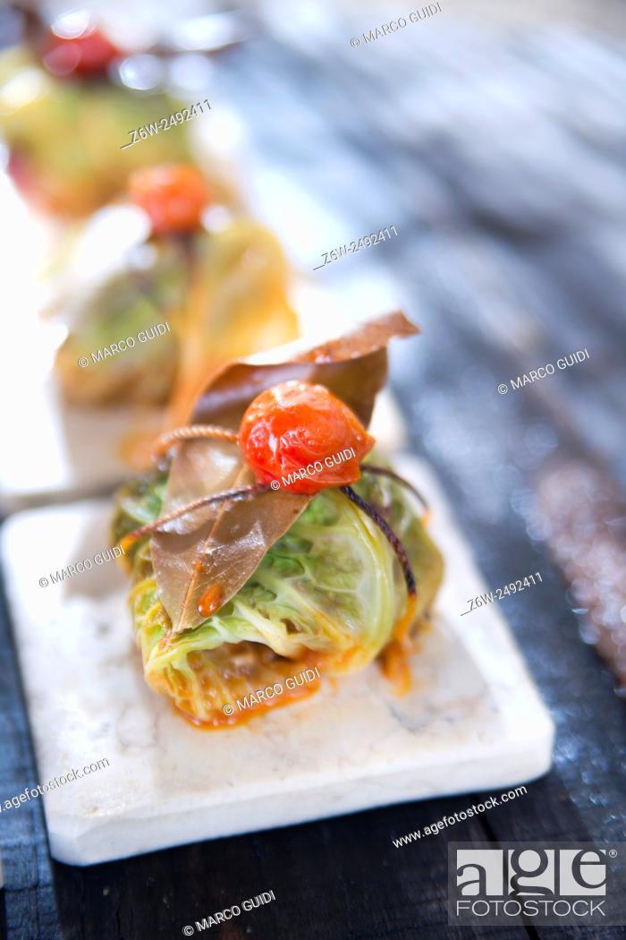 Imagen: Presentation Of Tile Marl, Bundle Of Meat in Cabbage Leaves.