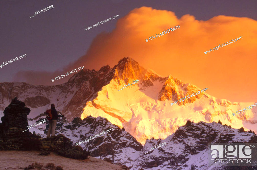 Imagen: Trekker at dawn on Kangchenjunga (8595 metres), Talung face from Dzong Ri, Sikkim, India. Most easterly of the 8000 metre peaks.