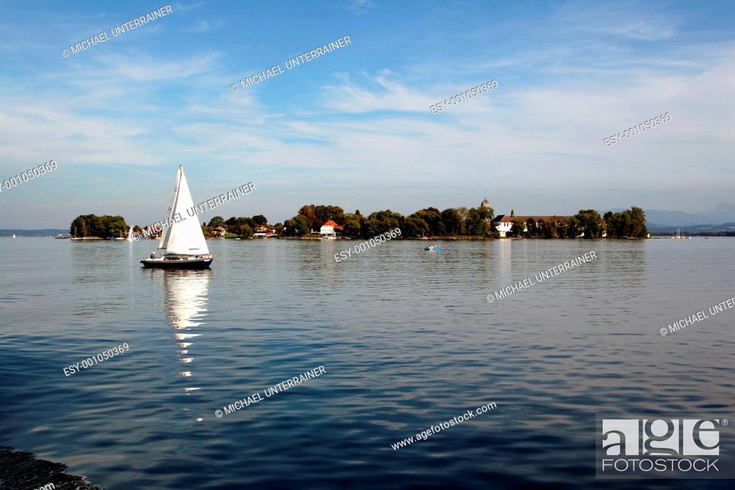 Stock Photo: Segelboot vor Fraueninsel.