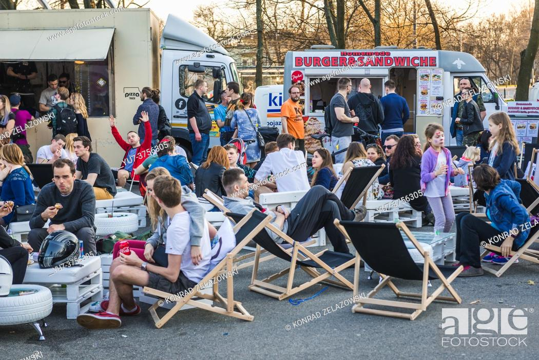 Imagen: Pizza and burger food trucks on a Food Truck festival in Warsaw, Poland in 2017.