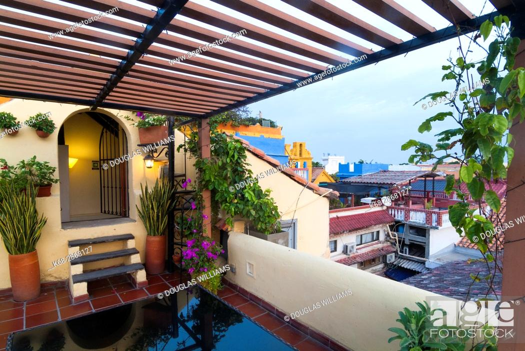 Imagen: Roof top terrace at a hotel in the old city of Cartagena, Colombia, South America.