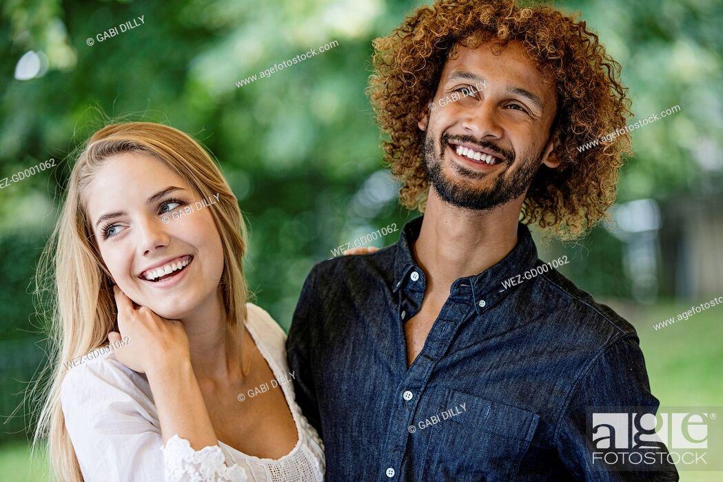 Imagen: Happy couple outdoors.