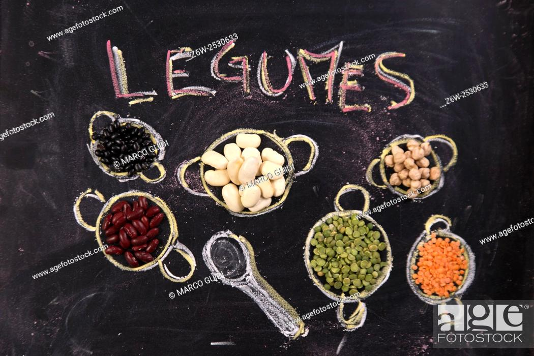 Imagen: Presentation of varieties of vegetables in small containers drawn with chalk on blackboard.