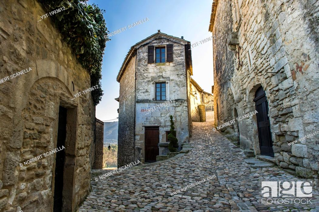 Stock Photo: Europe, France, Vaucluse, Luberon. Alleyway in the perched village of Lacoste.