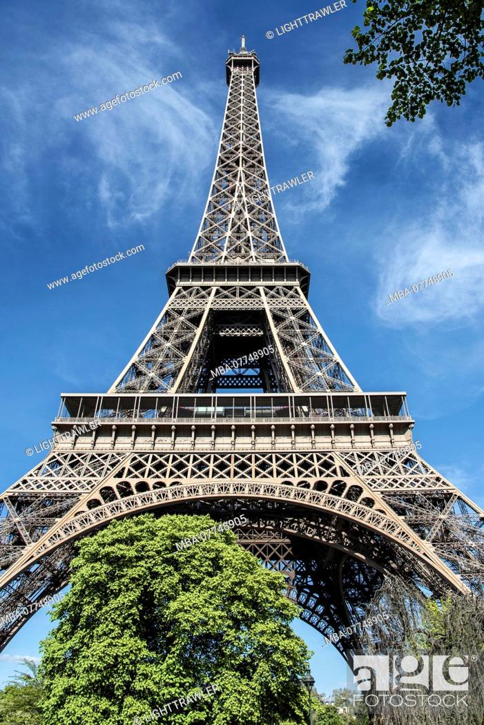 Stock Photo: The Eiffel Tower in nice weather in the spring, Paris.