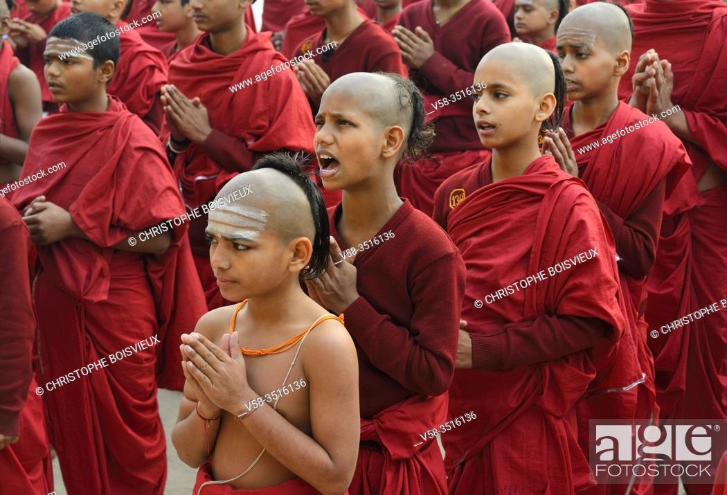 Stock Photo: India, Uttar Pradesh, Varanasi, Karpatri ashram, Morning prayer.