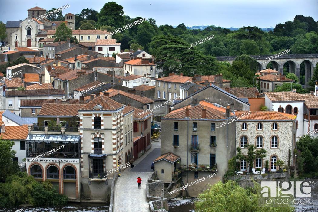 Imagen: Clisson village with the bridge in the Sevre Nantaise river, Nantes, Loire Atlantique, France.