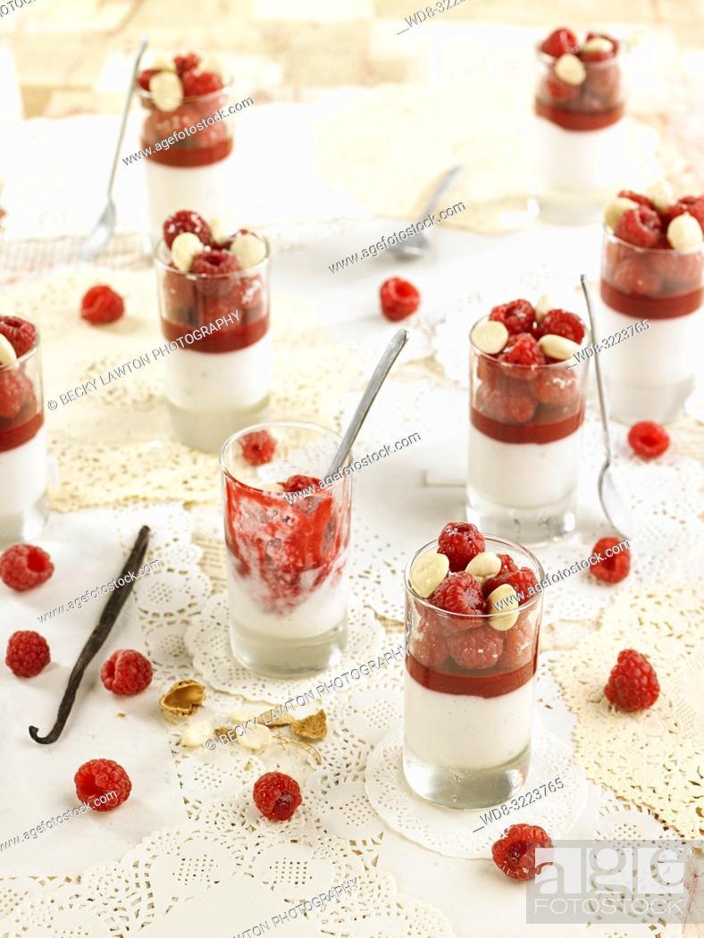 Photo de stock: leche de almendras con jarabe de frambuesas, frambuesas y almendras / almond milk with raspberry syrup, raspberries and almonds.