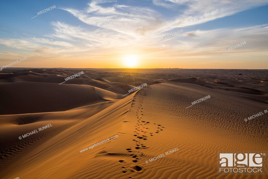 Stock Photo: Sunset in the giant sand dunes of the Sahara Desert, Timimoun, western Algeria, North Africa, Africa.