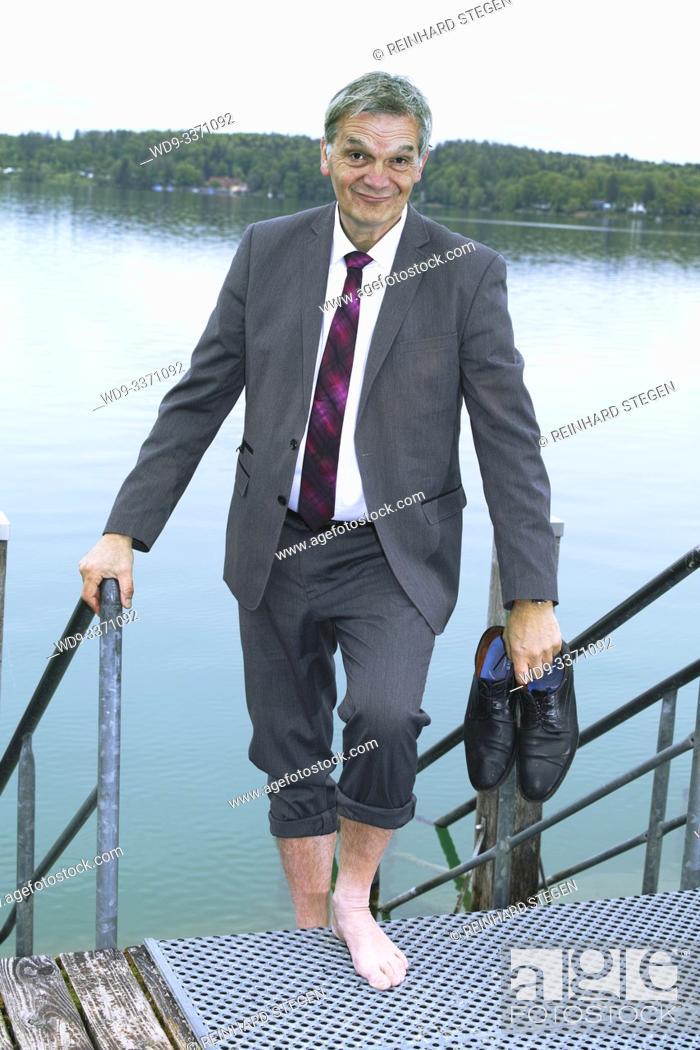 Imagen: man ascending out of lake.