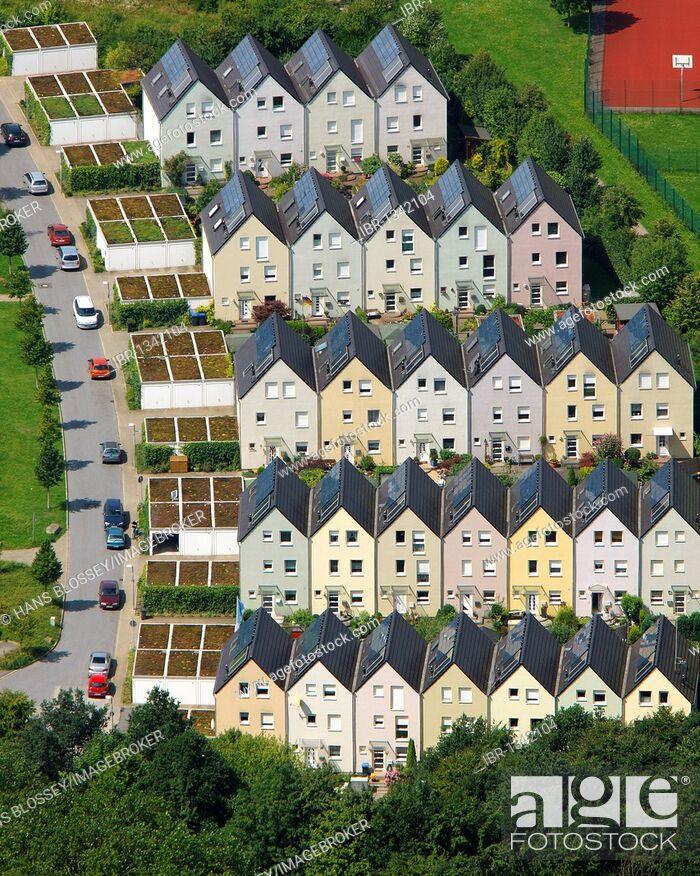 Imagen: Aerial view, row houses, Solarsiedlung Bismarck solar village, Haverkamp, Gelsenkirchen, Ruhrgebiet region, North Rhine-Westphalia, Germany, Europe.