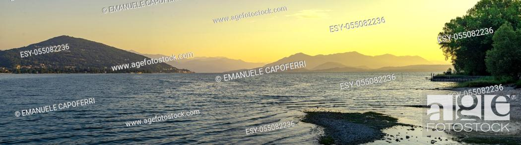 Imagen: Panorama of Lake Maggiore on a morning summer sunrise.