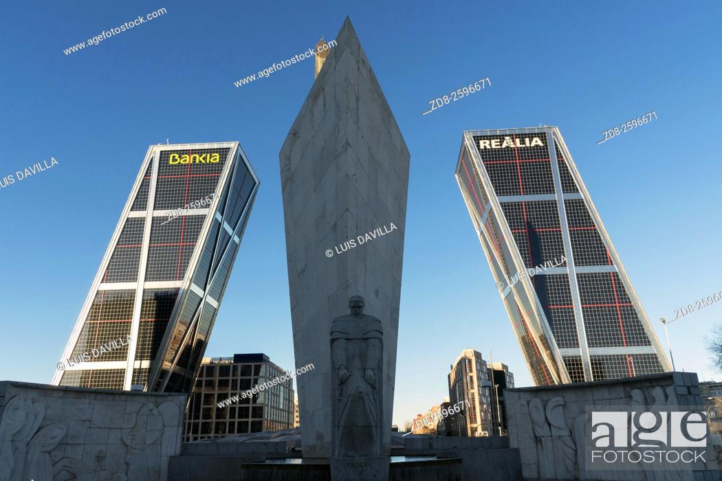 Imagen: The Puerta de Europa towers (Gate of Europe or just Torres KIO) are twin office buildings in the North of Madrid at Plaza de Castilla.