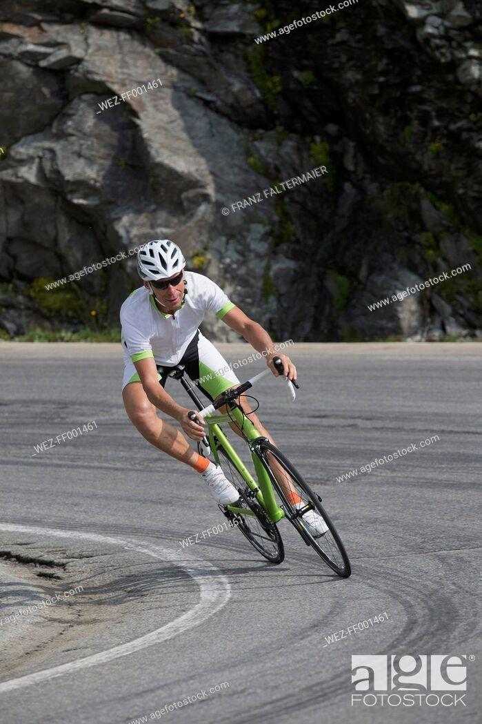 Imagen: Switzerland, Engadin, cyclist on Bernina Pass.