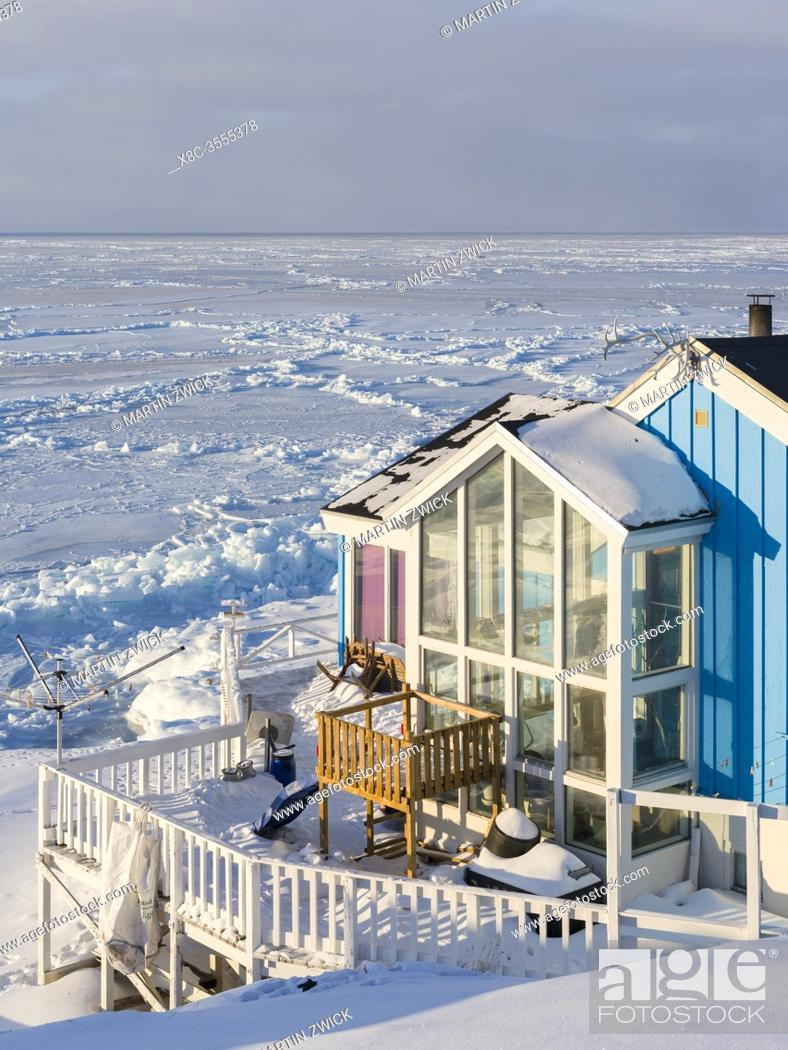 Imagen: House with view over the frozen Disko Bay. Winter in Ilulissat on the shore of Disko Bay. America, North America, Greenland, Denmark.