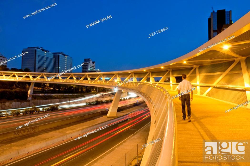 Imagen: Man walking along La Paloma bridge over M-30 motorway, night view. Madrid, Spain.