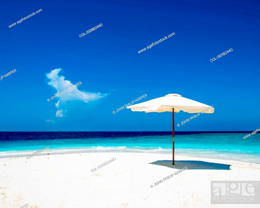 Imagen: Umbrella on white sand beach, Maldives.
