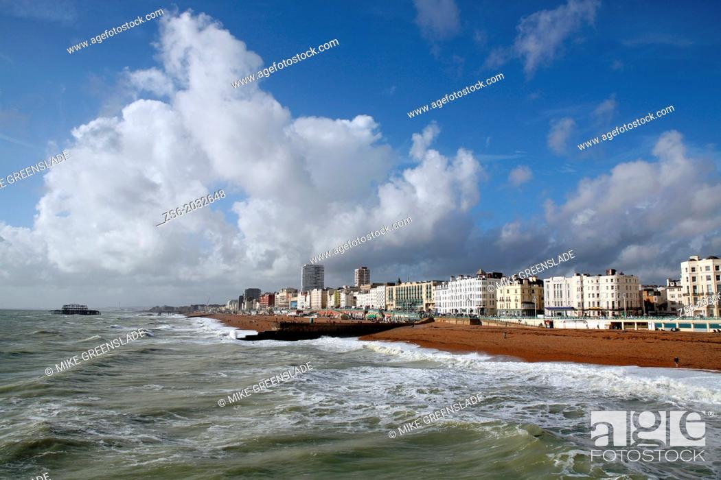 Imagen: Stormy Brighton seafront, Sussex, England, UK.