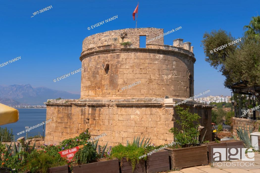 Imagen: Ancient Hidirlik Tower in Antalya old town, Turkey.